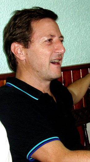 Ignacio Martínez de Pisón cantando en Casa Emilio en septiembre de 2011, última cena con Félix Romeo. Foto de Alejo Lorén.