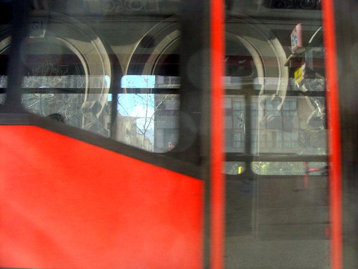 Paseo Sagasta reflejado en el bus
